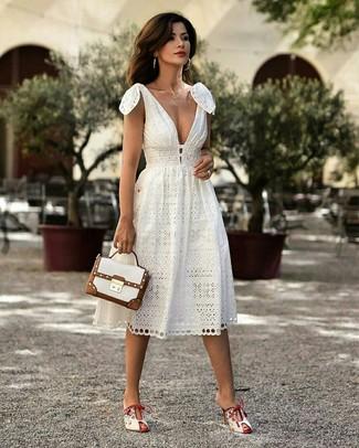 Weiße Satchel-Tasche aus Leder kombinieren: Diese Kombi aus einem weißen Midikleid und einer weißen Satchel-Tasche aus Leder ist ein echter Hingucker. Fühlen Sie sich ideenreich? Vervollständigen Sie Ihr Outfit mit weißen Leder Pantoletten.