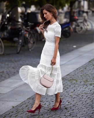 Damen Outfits 2020: Tragen Sie ein weißes Midikleid mit Lochstickerei, um ein schickes Alltags-Outfit zu zaubern. Ergänzen Sie Ihr Look mit dunkelroten Wildleder Pumps.