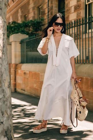 Wie kombinieren: weißes Leinen Midikleid, beige Römersandalen aus Leder, hellbeige Shopper Tasche aus Stroh, dunkelbraune Sonnenbrille