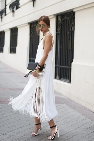 Wie kombinieren: weißes Fransen Midikleid, weiße und schwarze Leder Sandaletten, schwarze und weiße Leder Clutch, grüne Sonnenbrille
