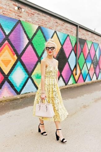 Wie kombinieren: gelbes Midikleid aus Häkel, schwarze Wildleder Sandaletten, hellbeige Shopper Tasche aus Leder, schwarze Sonnenbrille