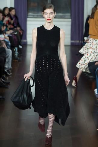 Wie kombinieren: schwarzes Strick Midikleid, dunkelrote Wildleder Pumps, schwarze Shopper Tasche aus Leder, dunkelrote Netzstrumpfhose