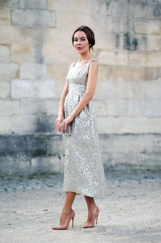 Silberne Clutch kombinieren – 251 Damen Outfits: Ein silbernes Midikleid und eine silberne Clutch sind wunderbar geeignet, um ein schickes, lockeres Outfit zu erzielen. Komplettieren Sie Ihr Outfit mit beige Leder Pumps.