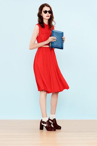 Wie kombinieren: rotes Midikleid, dunkelrote Leder Stiefeletten, blaue beschlagene Leder Clutch, hellbeige Ledergürtel