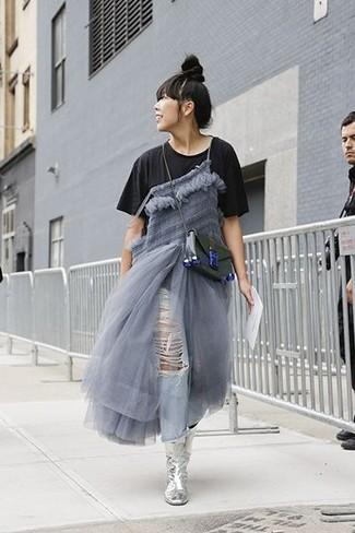 Graues Midikleid kombinieren – 17 Damen Outfits: Tragen Sie ein graues Midikleid zu hellblauen Boyfriend Jeans, um einen schönen, legeren Look zu schaffen. Schalten Sie Ihren Kleidungsbestienmodus an und machen silbernen Leder mittelalte Stiefel zu Ihrer Schuhwerkwahl.
