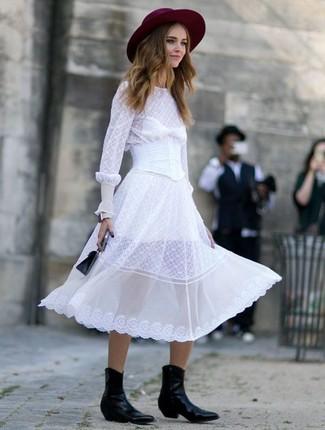 Schwarze Lederhandtasche kombinieren – 108 Damen Outfits: Probieren Sie diese Paarung aus einem weißen Midikleid aus Chiffon und einer schwarzen Lederhandtasche, umein schickes Freizeit-Outfit zu erzeugen, der im Kleiderschrank der Frau nicht fehlen darf. Schwarze Cowboystiefel aus Leder sind eine gute Wahl, um dieses Outfit zu vervollständigen.
