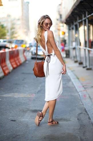 Dunkelbraune flache Sandalen aus Leder kombinieren: trends 2020: Tragen Sie ein weißes Midikleid, um einen lässigen, aber dennoch stilvollen Look zu schaffen. Wenn Sie nicht durch und durch formal auftreten möchten, wählen Sie dunkelbraunen flache Sandalen aus Leder.