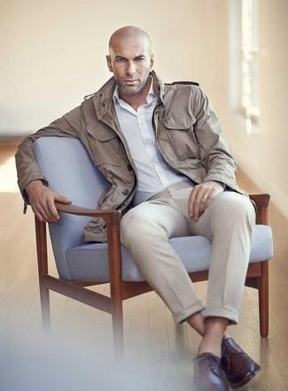 Weißes Businesshemd kombinieren – 500+ Herren Outfits: Vereinigen Sie ein weißes Businesshemd mit einer hellbeige Anzughose, um vor Klasse und Perfektion zu strotzen. Wenn Sie nicht durch und durch formal auftreten möchten, wählen Sie dunkelbraunen Leder Derby Schuhe.