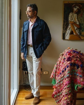 Weiße Socken kombinieren – 500+ Herren Outfits: Für ein bequemes Couch-Outfit, erwägen Sie das Tragen von einer dunkelblauen Militärjacke und weißen Socken. Heben Sie dieses Ensemble mit braunen Wildleder Slippern hervor.