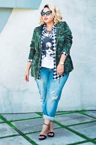 Wie kombinieren: dunkelgrüne Camouflage Militärjacke, weißes und schwarzes Businesshemd mit Vichy-Muster, weißes und schwarzes bedrucktes T-Shirt mit einem Rundhalsausschnitt, blaue Boyfriend Jeans mit Destroyed-Effekten
