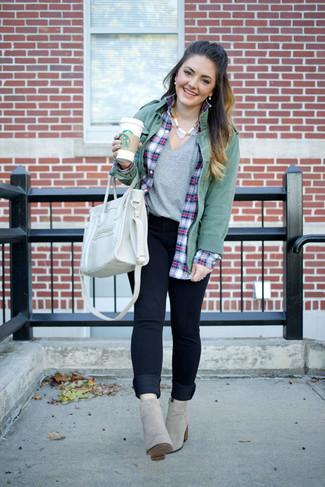 Smart-Casual Outfits Damen 2020: Eine grüne Militärjacke und dunkelblaue enge Jeans sind super geeignet, um einen aufregenden Alltags-Look zu erreichen. Graue Wildleder Stiefeletten sind eine gute Wahl, um dieses Outfit zu vervollständigen.