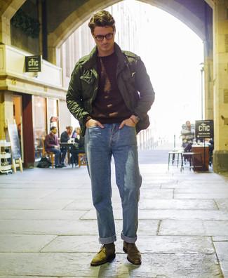 Wie kombinieren: dunkelgrüne Militärjacke, dunkelbrauner Pullover mit einem Rundhalsausschnitt, hellblaue Jeans, olivgrüne Brogue Stiefel aus Wildleder