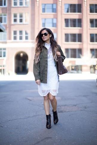 Damen Outfits & Modetrends 2020: Probieren Sie diese Kombination aus einer olivgrünen Militärjacke und einem weißen Spitze Etuikleid, um einen stilsicheren Freizeit-Look zu erreichen. Schwarze Leder Stiefeletten fügen sich nahtlos in einer Vielzahl von Outfits ein.