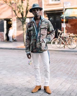 Wie kombinieren: olivgrüne Camouflage Militärjacke, hellblaues Jeanshemd, weiße Chinohose, beige Chelsea-Stiefel aus Wildleder