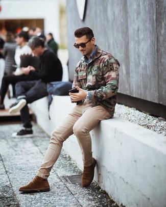 Hellbeige enge Jeans kombinieren: trends 2020: Tragen Sie eine olivgrüne Camouflage Militärjacke und hellbeige enge Jeans für ein großartiges Wochenend-Outfit. Fühlen Sie sich mutig? Entscheiden Sie sich für braunen Wildlederformelle stiefel.