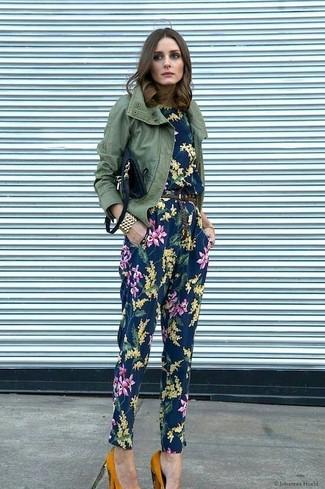 Damen Outfits 2020: Um einen entspannten Look zu erzeugen, sind eine olivgrüne Militärjacke und ein dunkelblauer Jumpsuit mit Blumenmuster ganz hervorragend geeignet. Senf Wildleder Pumps sind eine kluge Wahl, um dieses Outfit zu vervollständigen.