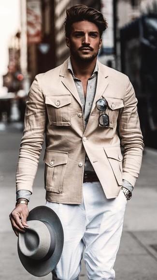 Wie kombinieren: hellbeige Militärjacke, graues Langarmhemd, weiße Anzughose, grauer Wollhut