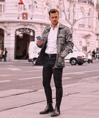 Wie kombinieren: olivgrüne Militärjacke, weißes Langarmhemd, schwarze enge Jeans, schwarze Chelsea-Stiefel aus Leder