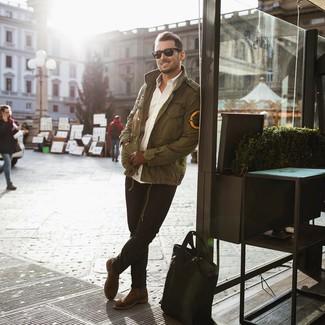 Wie kombinieren: olivgrüne Militärjacke, weißes Langarmhemd, schwarze Jeans, braune Chelsea-Stiefel aus Wildleder