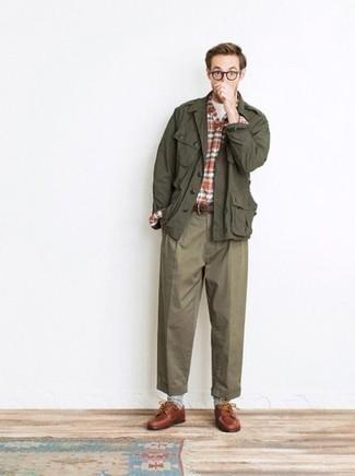 Herren Outfits & Modetrends 2020 für Herbst: Kombinieren Sie eine olivgrüne Militärjacke mit einer olivgrünen Chinohose, um mühelos alles zu meistern, was auch immer der Tag bringen mag. Vervollständigen Sie Ihr Outfit mit rotbraunen Leder Derby Schuhen, um Ihr Modebewusstsein zu zeigen. Sie suchen noch nach dem passenden Look für die Übergangszeit? Dann lassen Sie sich von diesem Look inspirieren.