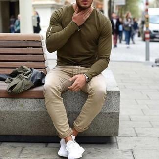 Dunkelbraunes Perlen Armband kombinieren – 500+ Herren Outfits: Für ein bequemes Couch-Outfit, entscheiden Sie sich für eine olivgrüne Militärjacke und ein dunkelbraunes Perlen Armband. Ergänzen Sie Ihr Look mit weißen Sportschuhen.