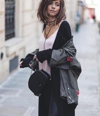 Wie kombinieren: dunkelgraue Militärjacke, schwarzer lange Strickjacke, weißes Seide Trägershirt, schwarze enge Jeans