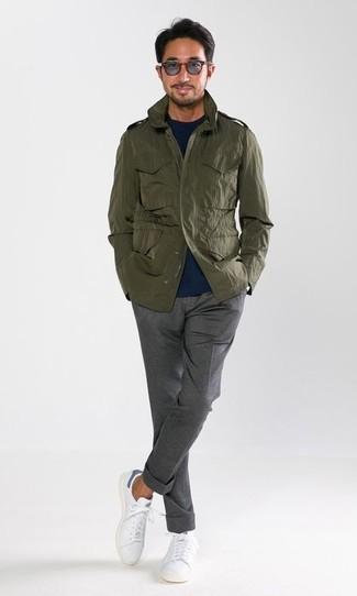 Wie kombinieren: olivgrüne Militärjacke, dunkelblauer Pullover mit einem Rundhalsausschnitt, graue Anzughose, weiße Leder niedrige Sneakers