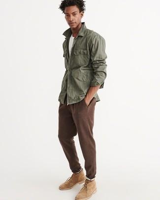 Wie kombinieren: olivgrüne Militärjacke, weißes T-Shirt mit einem Rundhalsausschnitt, braune Jogginghose, beige Chukka-Stiefel aus Wildleder