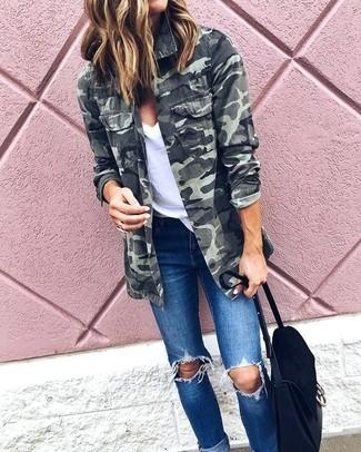 Wie kombinieren: olivgrüne Camouflage Militärjacke, weißes T-Shirt mit einem V-Ausschnitt, blaue enge Jeans mit Destroyed-Effekten, schwarze Satchel-Tasche aus Wildleder
