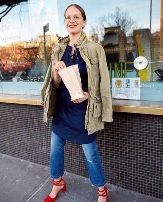 Blaue Jeans mit Destroyed-Effekten kombinieren – 500+ Damen Outfits: Paaren Sie eine olivgrüne Militärjacke mit blauen Jeans mit Destroyed-Effekten für einen hübschen super lässigen Trend-Look. Rote Wildleder Pumps sind eine ideale Wahl, um dieses Outfit zu vervollständigen.