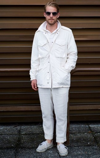 Weißes Polohemd kombinieren: trends 2020: Vereinigen Sie ein weißes Polohemd mit einer weißen Leinen Chinohose für ein sonntägliches Mittagessen mit Freunden. Vervollständigen Sie Ihr Look mit weißen Segeltuch niedrigen Sneakers.
