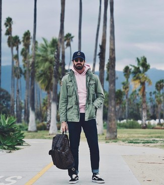 Dunkelblaue bedruckte Baseballkappe kombinieren: Entscheiden Sie sich für Komfort in einer grünen Militärjacke und einer dunkelblauen bedruckten Baseballkappe. Ergänzen Sie Ihr Outfit mit schwarzen und weißen Segeltuch niedrigen Sneakers, um Ihr Modebewusstsein zu zeigen.