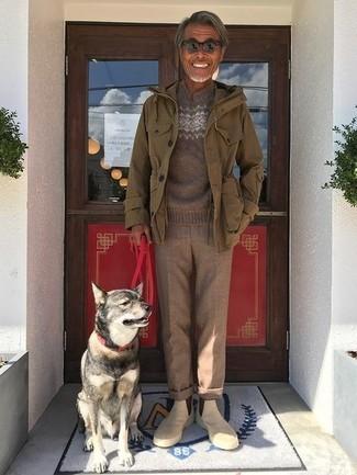 Wie kombinieren: olivgrüne Militärjacke, brauner Pullover mit einem Rundhalsausschnitt mit Fair Isle-Muster, braune Wollanzughose, hellbeige Chelsea-Stiefel aus Wildleder