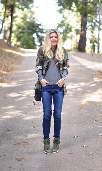 Wie kombinieren: olivgrüne Camouflage Militärjacke, grauer Pullover mit einem Rundhalsausschnitt, blaue enge Jeans, olivgrüne Leder Keil Turnschuhe