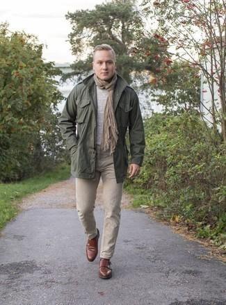 Beige Jeans kombinieren: trends 2020: Entscheiden Sie sich für eine dunkelgrüne Militärjacke und beige Jeans für ein bequemes Outfit, das außerdem gut zusammen passt. Entscheiden Sie sich für braunen Doppelmonks aus Leder, um Ihr Modebewusstsein zu zeigen.