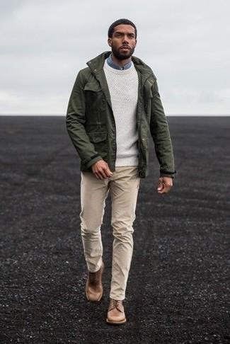 Wie kombinieren: olivgrüne Militärjacke, weißer Pullover mit einem Rundhalsausschnitt, blaues Jeanshemd, hellbeige Chinohose