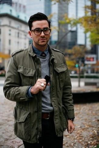 Wie kombinieren: olivgrüne Militärjacke, grauer Pullover mit einem Rundhalsausschnitt, blaues Jeanshemd, schwarze Chinohose