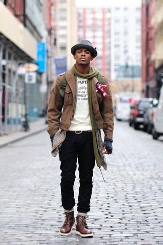 Perfektionieren Sie den modischen Freizeitlook mit einer braunen Militärjacke und einem Hut. Eine dunkelbraune Lederfreizeitstiefel fügen sich nahtlos in einer Vielzahl von Outfits ein.