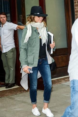 Wie kombinieren: olivgrüne Militärjacke, graue Strickjacke mit einer offenen Front, schwarzes T-Shirt mit einem Rundhalsausschnitt, dunkelblaue Jeans