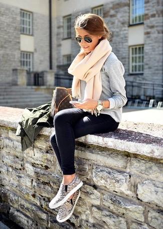 Diese Kombination aus einer dunkelgrünen Militärjacke und dunkelblauen engen Jeans fällt genau aus den richtigen Gründen auf. Ergänzen Sie Ihr Look mit grauen Slip-On Sneakers mit Schlangenmuster.