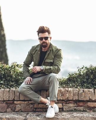 Graue Chinohose kombinieren: trends 2020: Entscheiden Sie sich für eine olivgrüne Militärjacke und eine graue Chinohose, um mühelos alles zu meistern, was auch immer der Tag bringen mag. Suchen Sie nach leichtem Schuhwerk? Wählen Sie weißen Leder niedrige Sneakers für den Tag.