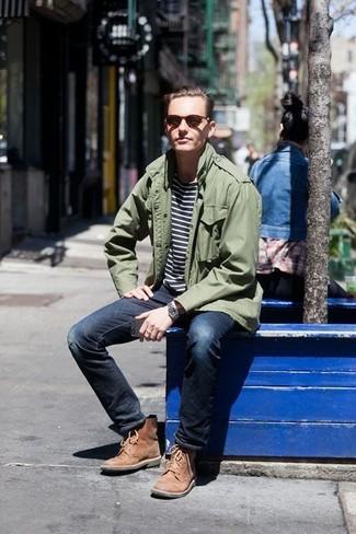 Wie kombinieren: olivgrüne Militärjacke, dunkelblaues und weißes horizontal gestreiftes T-Shirt mit einem Rundhalsausschnitt, dunkelblaue enge Jeans mit Destroyed-Effekten, beige Wildlederfreizeitstiefel