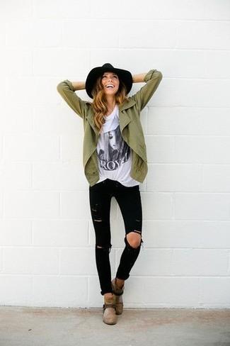 Entscheiden Sie sich für Komfort in einer olivgrünen Militärjacke und schwarzen engen Jeans mit Destroyed-Effekten. Braune Wildleder Stiefeletten putzen umgehend selbst den bequemsten Look heraus.