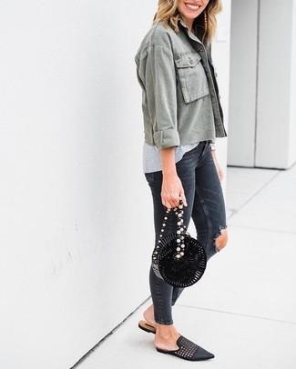 Beige Ohrringe kombinieren: trends 2020: Vereinigen Sie eine olivgrüne Militärjacke mit beige Ohrringen, wenn Sie einen einen entspannten Alltags-Look wollen. Ergänzen Sie Ihr Outfit mit schwarzen geflochtenen Leder Slippern, um Ihr Modebewusstsein zu zeigen.