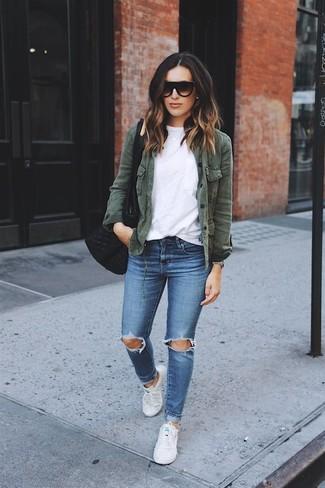 Wie kombinieren: dunkelgrüne Militärjacke, weißes T-Shirt mit einem Rundhalsausschnitt, blaue enge Jeans mit Destroyed-Effekten, weiße Segeltuch niedrige Sneakers