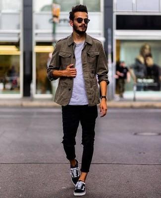 Wie kombinieren: olivgrüne Militärjacke, graues T-Shirt mit einem Rundhalsausschnitt, schwarze enge Jeans mit Destroyed-Effekten, schwarze Segeltuch niedrige Sneakers