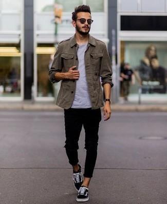 Olivgrüne Militärjacke kombinieren: trends 2020: Für ein bequemes Couch-Outfit, paaren Sie eine olivgrüne Militärjacke mit schwarzen engen Jeans mit Destroyed-Effekten. Fühlen Sie sich mutig? Entscheiden Sie sich für schwarzen und weißen Segeltuch niedrige Sneakers.