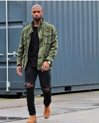 Olivgrüne Militärjacke kombinieren: trends 2020: Für ein bequemes Couch-Outfit, tragen Sie eine olivgrüne Militärjacke und schwarzen Jeans mit Destroyed-Effekten. Fühlen Sie sich mutig? Vervollständigen Sie Ihr Outfit mit rotbraunen Chelsea Boots aus Wildleder.