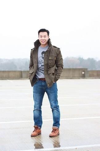 Herren Outfits & Modetrends 2020: Die Kombination von einer braunen Militärjacke und blauen Jeans erlaubt es Ihnen, Ihren Freizeitstil klar und einfach zu halten. Fühlen Sie sich mutig? Ergänzen Sie Ihr Outfit mit einer rotbraunen Lederfreizeitstiefeln.