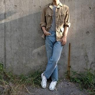 Weiße Leder niedrige Sneakers kombinieren – 1200+ Herren Outfits: Tragen Sie eine beige Militärjacke und hellblauen Jeans für ein großartiges Wochenend-Outfit. Fühlen Sie sich mutig? Vervollständigen Sie Ihr Outfit mit weißen Leder niedrigen Sneakers.